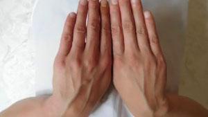 Вены на руках становятся видимыми или выступающими